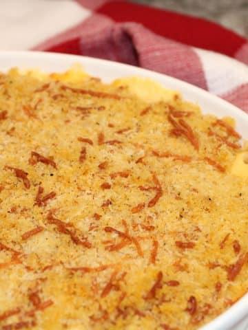 close up baked mac and cheese